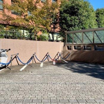 バイク置き場は外に出たところにありました。※写真は前回募集時のものです