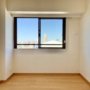【Bedroom】こちらも大きな窓のおかげで明るいです