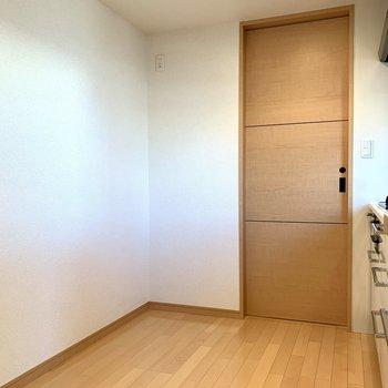 【LDK】冷蔵庫置場の隣の扉を開ければ、サニタリーへ行けます