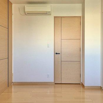 【Bedroom】白と茶色でシンプルな空間です