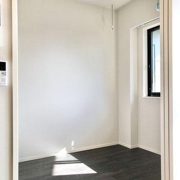 【DK】お隣のベッドルームへ行ってみましょう。※写真は5階の同間取り別部屋のものです