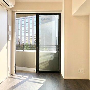 窓から暖かな光が差し込みます。※写真は5階の同間取り別部屋のものです