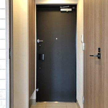廊下に出て、右にあるサニタリールームへ。※写真は5階の同間取り別部屋のものです