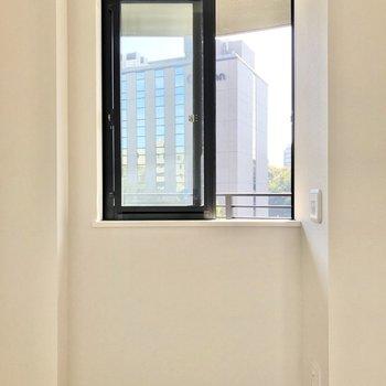 【ベッドルーム】DKの窓と一緒に開けておけば風通しがいいですよ。※写真は5階の同間取り別部屋のものです