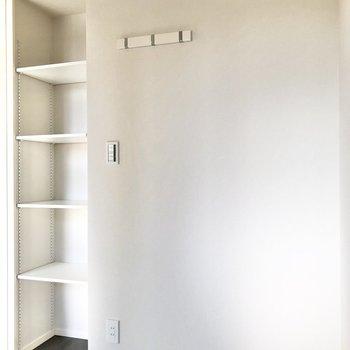 【ベッドルーム】見せる収納もできちゃいます。※写真は5階の同間取り別部屋のものです