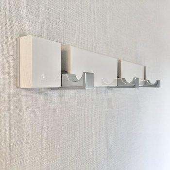 【ベッドルーム】壁にあるフックで、簡単な模様替えも楽しめます。※写真は5階の同間取り別部屋のものです