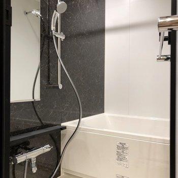 シャワーヘッドの高さは自由自在です。※写真は5階の同間取り別部屋のものです