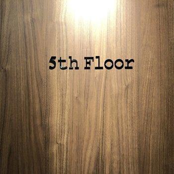 エレベーターから降りるとカッコイイロゴが出迎えてくれます。