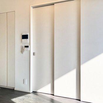 【DK】左のドアは収納になっています。※写真は5階の同間取り別部屋のものです