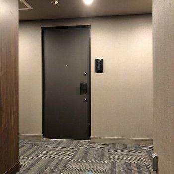 お部屋の前にはホテルのように落ち着いた廊下が続きます。