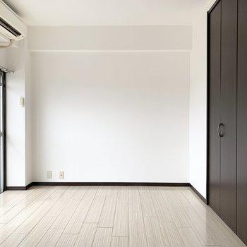 大きなクローゼットのあるお部屋です。こちらにもエアコン付いてます。
