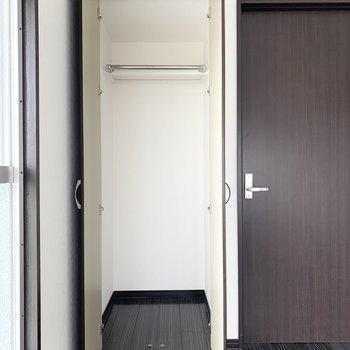 クローゼットもありますよ。ドアの向こうはLDK。