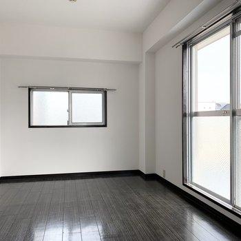 こちらのお部屋も2面採光で明るい。
