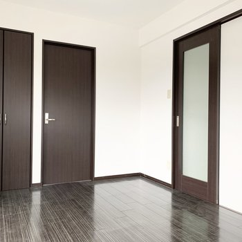 キッチンの横のお部屋がこちら。ガラス戸の向こうがキッチン。
