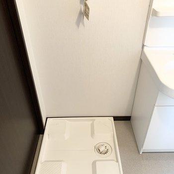入口すぐに洗濯機置場。