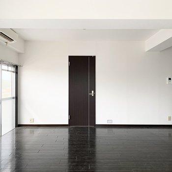まだこのお部屋を見ていませんでした。LDK西隣の洋室へ。