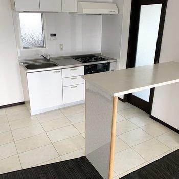 カウンターも付いてます。キッチンだけ床材を変えて空間の変化を。