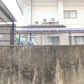 眺望は塀とお隣様のカーポート。3階ですが傾斜地のマンションの為、1階のような景色。