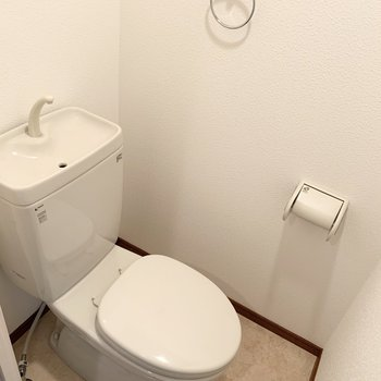トイレは独立して玄関の向かいに。