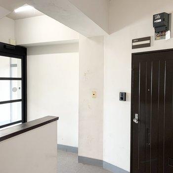 マンションの入口すぐのお部屋ですよ。