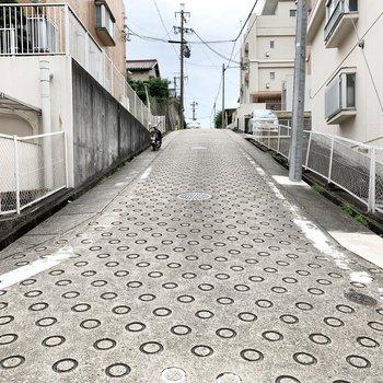 前面道路は滑り止め舗装の勾配キツめ。