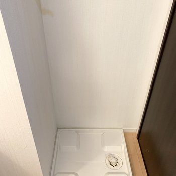 右手に洗濯機置場。