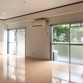 掃き出し窓2つの広いLD空間。