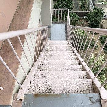 ピンクの鉄骨階段。