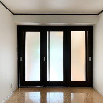 洋室側から。光を通す3枚引き戸。