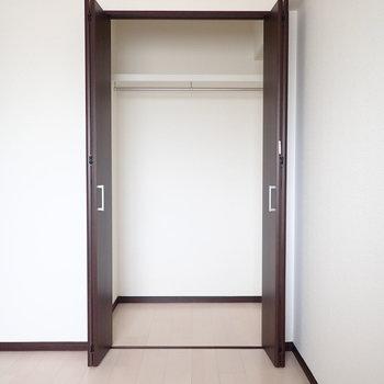 【洋室②】ほぼ同じサイズ。収納ボックスを使って効率的に。