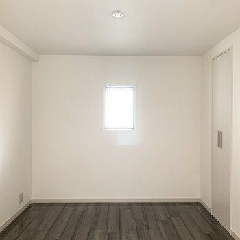 洋室へはキッチン横からアクセス。開口は正面の窓のみ。