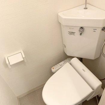 トイレは洗面化粧台の横のドアから。ウォシュレット付。
