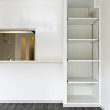 キッチンカウンターの横にも可動棚。
