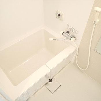 白くて綺麗なバスルーム。湯船四角い。