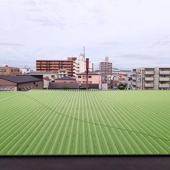 田んぼだ!ではなく工場の屋根でした。おもしろい眺め。