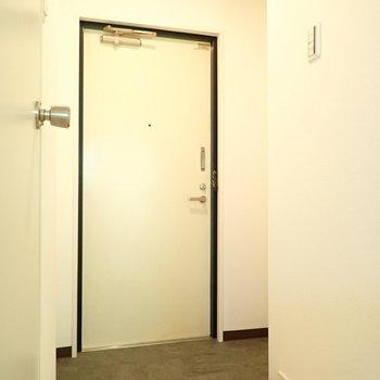 玄関の右側のくぼみにシューズボックスを置けます。