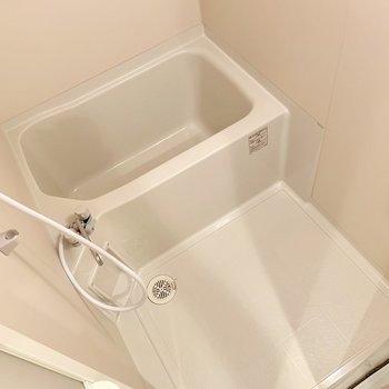 シンプルすぎるくらいのバスルーム。