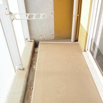 バルコニーはちょうどいい広さ。洗濯物を。※写真は3階の反転間取り別部屋のものです