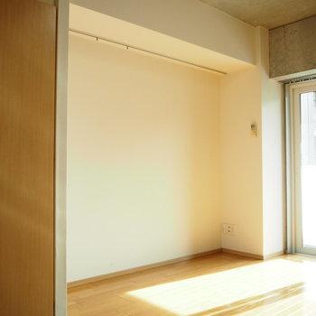 こっちは白い壁。※写真は3階の反転間取り別部屋のものです