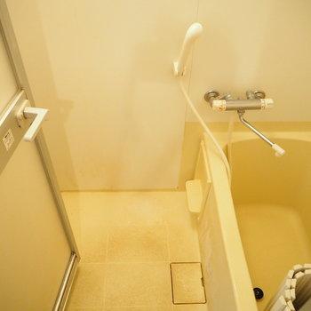 お風呂はコンパクト。※写真は3階の反転間取り別部屋のものです
