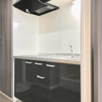キッチンもカッコよく黒で。