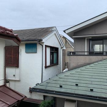 西側の窓からの眺望も住宅です。