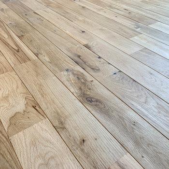 お部屋の床は無垢床。手触りも良いんです。