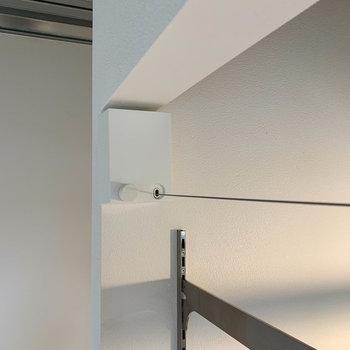 上部には、収納式のワイヤー。室内干しやカーテンレール代わりにも。