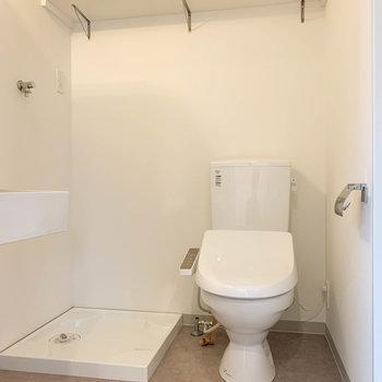 洗濯機置き場とトイレの上には、棚があります。