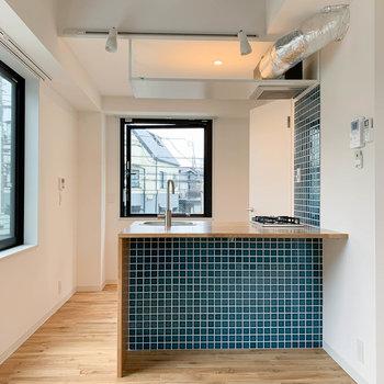 さて、もう一度キッチンへ。天井の感じや換気扇のパイプの感じも素敵。