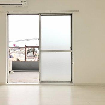お隣の洋室へ。真っ白な空間は自分色に染め放題!