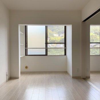 LDKからのぞいていきましょう。窓が多くて明るい。