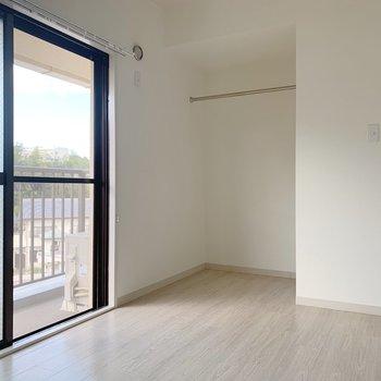続いて玄関横の洋室へ。こちらにはオープンクローゼットが!収納たっぷりで嬉しいなあ。