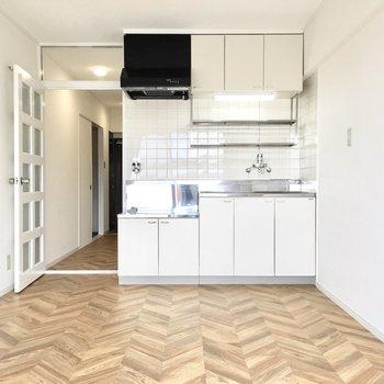 キッチンも白で清潔感があります。